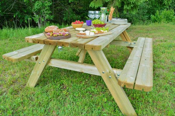 Picknickbank mit großem Tisch