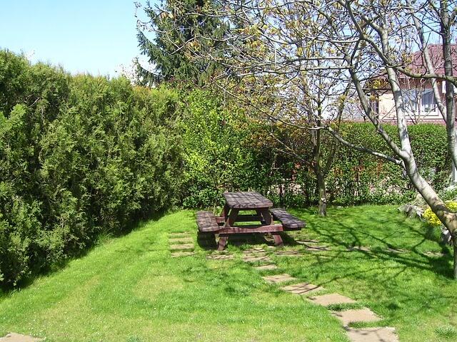 Gartenbank mit 2 Tischen im Privatgarten