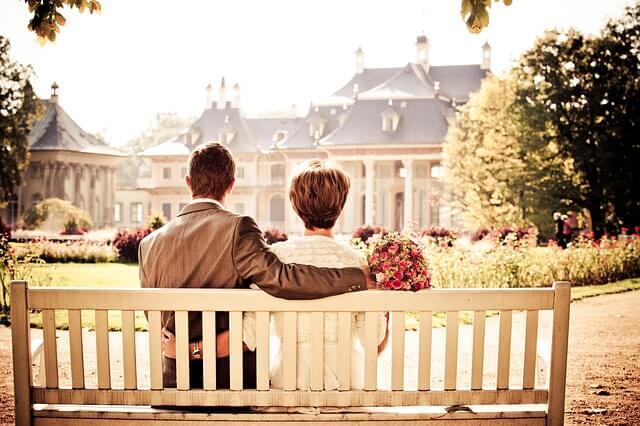 1 Liebespaar sitzt auf einer Parkbank