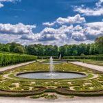 Großer Garten mit Springbrunnen