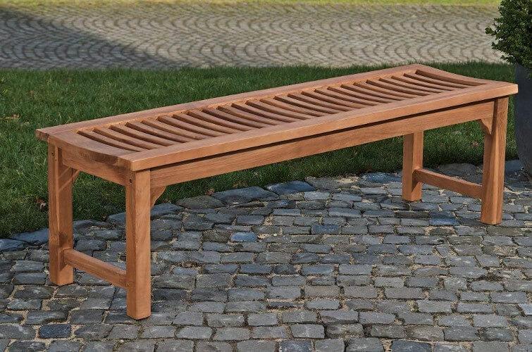 Geriffelte Holzgartenbank ohne Rücken- und Armlehnen