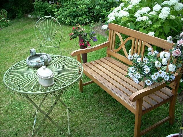 Gartenbank mit Tisch und Blumen