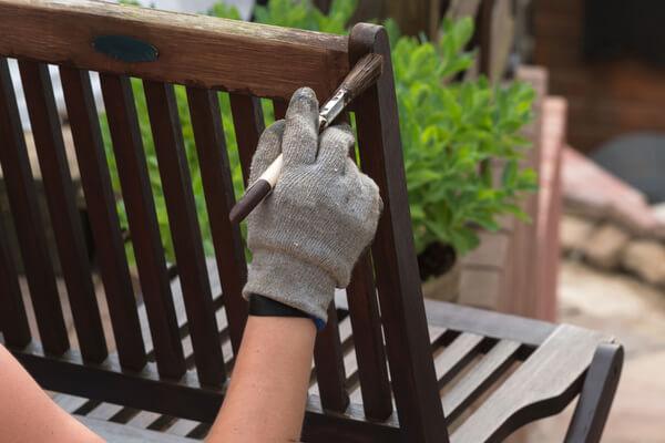 Gartenbank wird neu gestrichen