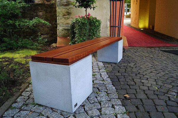 Steingartenbank mit Holzsitzfläche