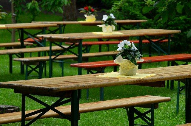 Gartenbänke mit Tisch und Dekoration