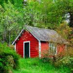 rote Gartenhütte in der Natur