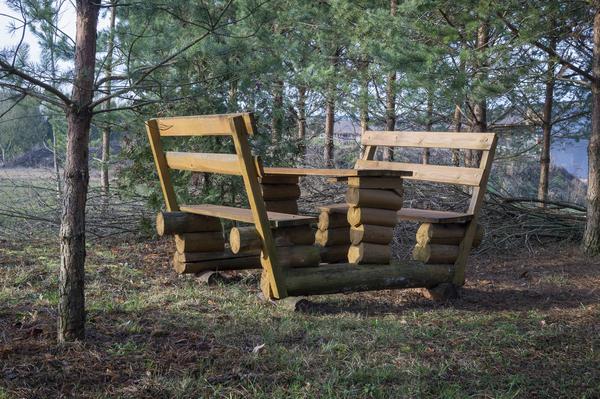 Picknickbank im Wald