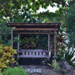 Schaukelbank aus Holz im Garten